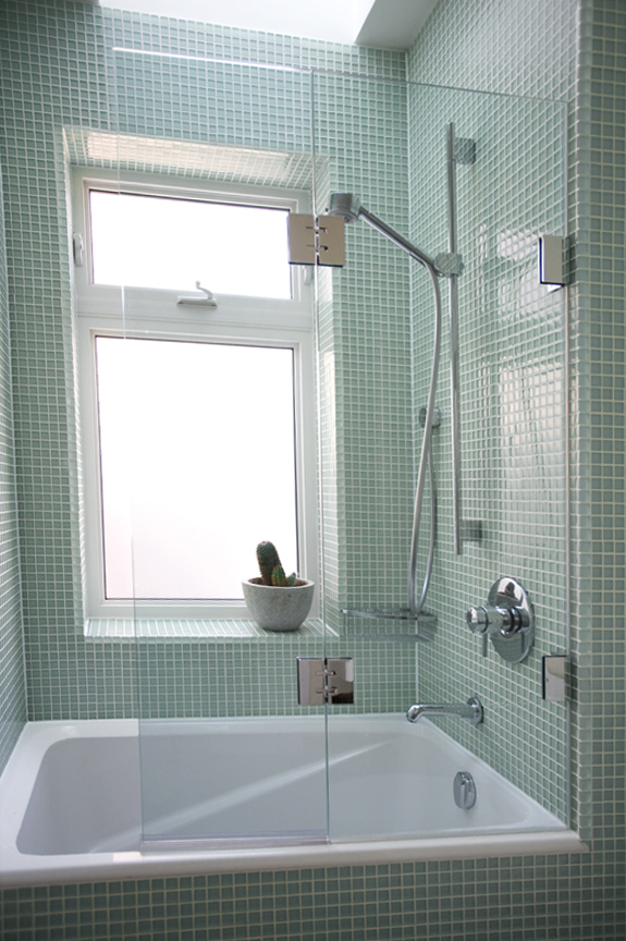 Install a sliding bathtub door - How to | FindHow.com